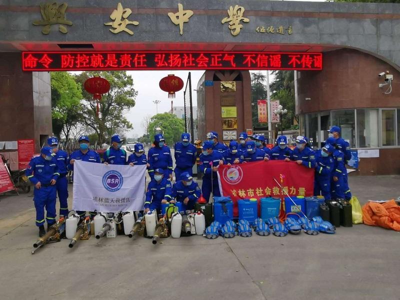 图片报道:专业消杀队对兴安中学校园进行彻底全面消毒杀菌