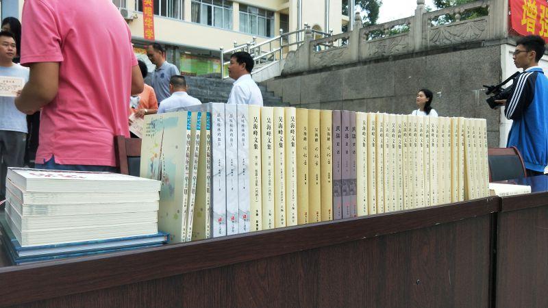 三位兴安知名作家向兴安中学捐赠图书