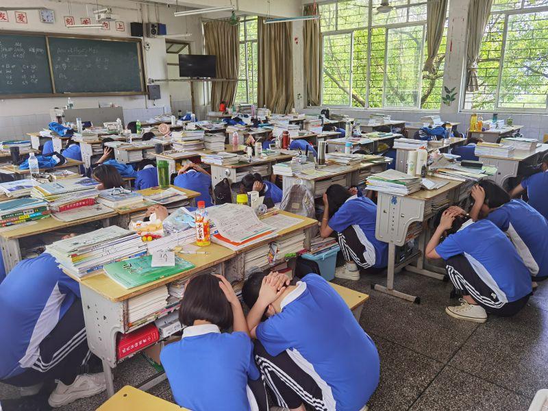 """兴安中学举行2021年""""512防震减灾""""应急疏散演练"""
